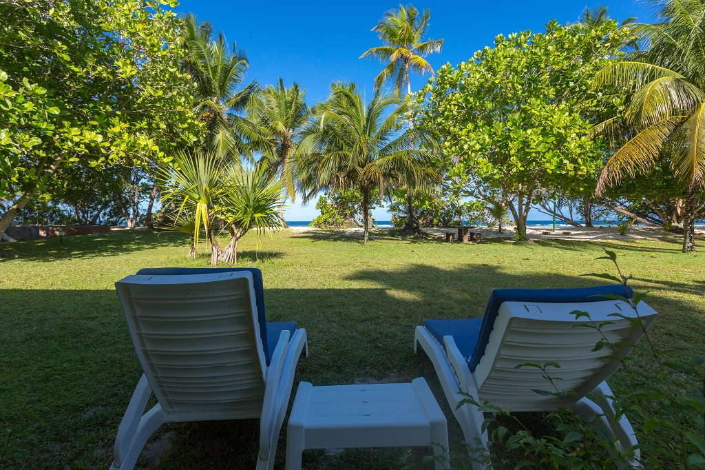 At Anse Forbans, each beach bungalow has its private veranda. Beach and sea are very close.